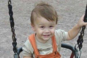 Улыбки киевских малышей: Артурчик любит играться телефонами родителей