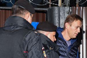 Навальный не успел сделать глоток свободы: политик снова арестован