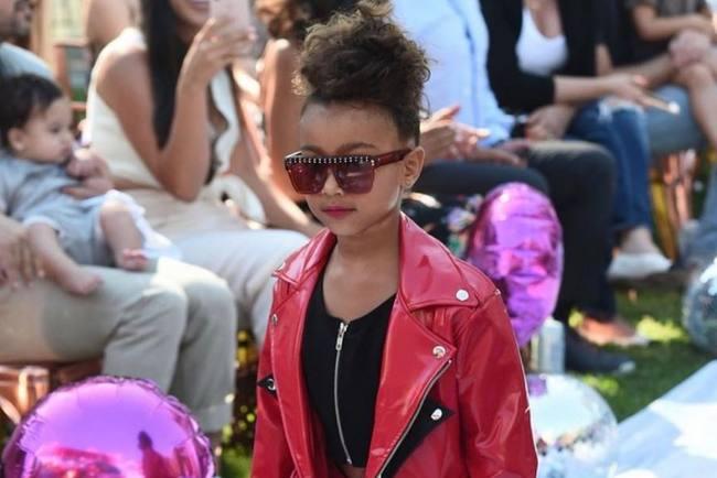 5-летняя дочь Ким Кардашьян впервый раз приняла участие вмодном показе