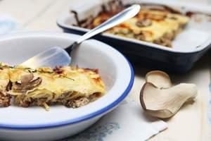 Блины с грибами, орехами и сметанным соусом: рецепт завтрака от Даши Малаховой
