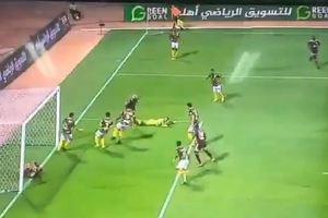 Лежавший в воротах футболист не позволил своей команде забить гол: курьезное видео