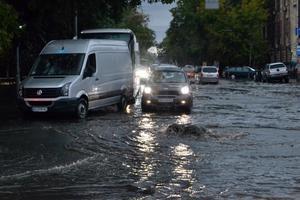 На Одессу обрушилась непогода: мощный дождь затопил улицы,  а сильный ветер ломал деревья
