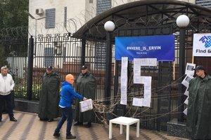 Под посольством РФ в Киеве провели акцию в поддержку жертв исчезновений в Крыму