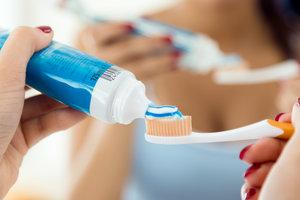 Смертельно опасно: врач призвал украинцев проверить зубную пасту