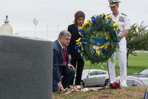 Порошенко в США пришел на могилу к Джону Маккейну: опубликованы фото