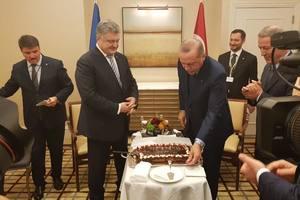 Эрдоган подарил Порошенко на день рождения именинный торт