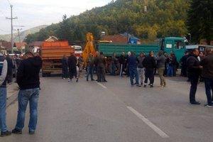Сербы заблокировали дорогу на границе с непризнанным Косово
