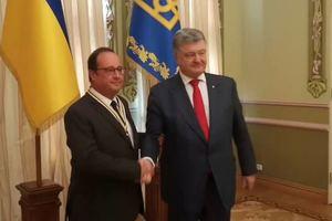 Порошенко вручил Олланду высокую награду: опубликовано видео