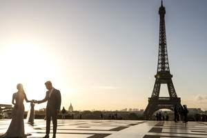 Эйфелева башня окрасится в золотой цвет в память о певце Шарле Азнавуре - мэр Парижа