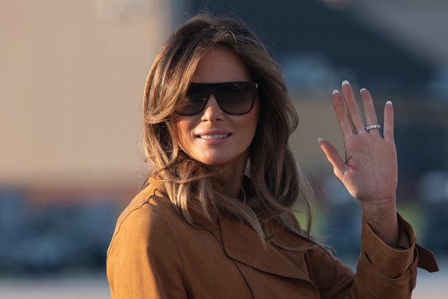 Поправилась либо неудачный наряд: Мелания Трамп вполосатом одеяние прибыла вГану