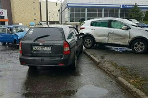В Харькове столкнулись три легковушки: пострадали двое мужчин