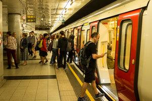 В лондонском метро преступник с ножом напал на пассажиров
