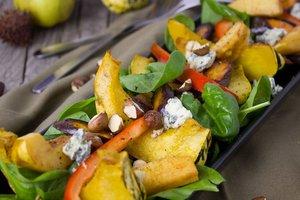 Рецепт дня: теплый салат из тыквы с орехами и сыром