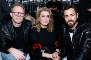 Выглядит великолепно: Катрин Денев на показе Louis Vuitton