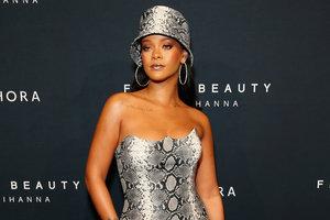 В мини-платье от Versace и бриллиантах Chopard: новый выход Рианны