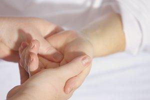 Почему болят руки: 3 причины возникновения артроза