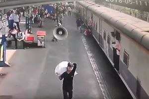 Молниеносная реакция: в Индии военный вытащил девочку из-под движущегося поезда (видео)