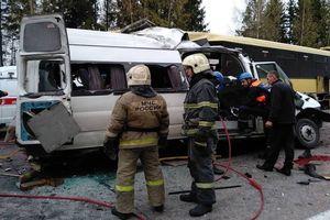 Жуткая авария в России: маршрутка влетела в автобус, десять погибших (видео 18+)