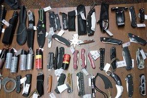 Косы, ножи-карты и звезды ниндзя: охрана президента показала изъятое у его гостей оружие