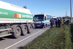 В Днепропетровской области столкнулись рейсовый автобус и бензовоз: восемь человек пострадали