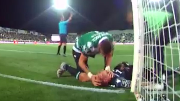 Игрок «Спортинга» вовремя матча спас жизнь вратарю, недав ему задохнуться