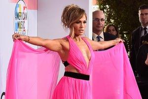 В розовом платье со шлейфом: эффектный выход Дженнифер Лопес