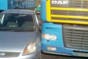 В Запорожье грузовик не разминулся с легковушкой: опубликованы фото