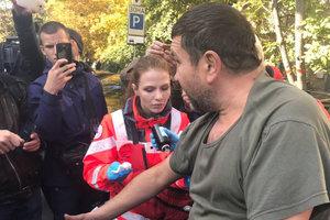 В полицию доставили мужчину, облившего кефиром журналистку на митинге