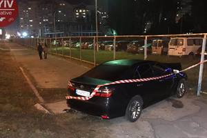 Пьяный водитель Toyota врезался в два автомобиля и влетел в забор стоянки