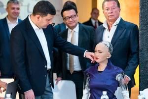 Гройсман встретился с роботом София в Киеве: опубликованы фото, видео