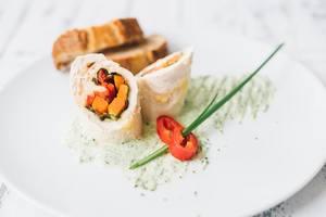 Рулет из куриного филе с овощами и шпинатным соусом: рецепт от Григория Германа