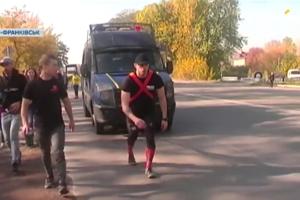 В Ивано-Франковске патрульный на своих плечах протащил грузовик
