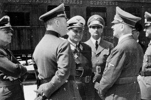 Бисексуал и садомазохист: в секретном докладе раскрыли правду о сексуальной ориентации Адольфа Гитлера