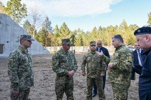 Порошенко показал строительство новых вместо старых арсеналов для хранения боеприпасов