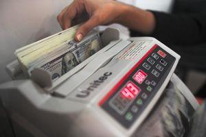 Доллар упал ниже психологической отметки, а евро резко вырос