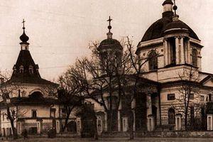 Прогулка по старейшей улице Киева: ищем спрятанный жилой дом, старую церковь и учебное заведение