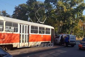 На Дегтяревской в Киеве автомобиль охранной службы столкнулся с трамваем