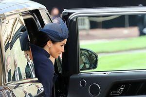В синем платье от Givenchy: Меган Маркл приехала на королевскую свадьбу