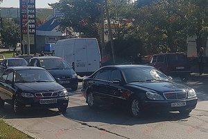 В Бердянске пешеход головой разбил стекло дорогой иномарки: опубликованы фото