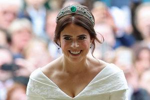 Длинный шлейф, декольте и тиара с изумрудами: свадебное платье принцессы Евгении