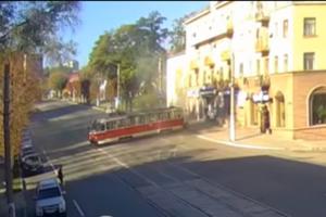 В Каменском трамвай сошел с рельсов и врезался в припаркованные машины: опубликовано видео