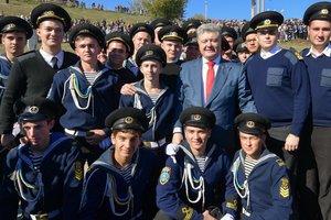 Порошенко принял присягу курсантов морской академии в Херсоне