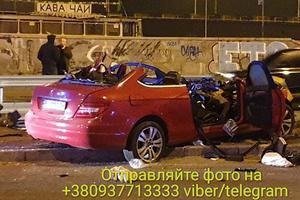 Смертельна ДТП в Києві: Mercedes на швидкості влетів у відбійник