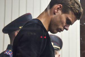 Первые дни российских футболистов за решеткой: Кокорин ест кашу и пьет чай, а Мамаев получил передачку с лапшой