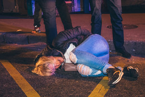 Беременная женщина пыталась украсть вещи с места ДТП в Киеве