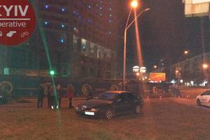 На проспекте Победы в Киеве Jaguar вытолкнул Alfa Romeo на тротуар