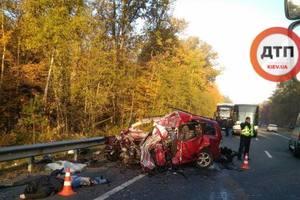 Жуткое ДТП под Киевом: Volkswagen в лоб столкнулся с грузовиком