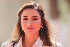 В полосатом платье-рубашке: королева Рания прибыла с визитом в парламент