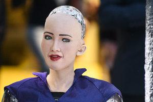 """""""Было бы хорошо влюбиться в человека"""": интервью с роботом Софией"""