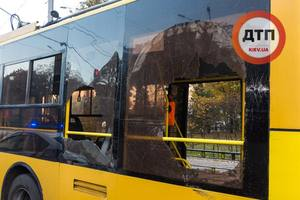 На Соломенке в Киеве в ДТП маршрутка разбила стекла троллейбусу